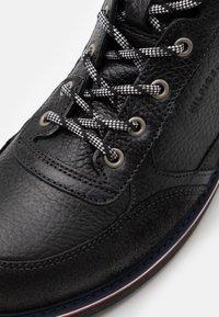 Tommy Hilfiger - CHECK LINING BOOT - Šněrovací kotníkové boty - black - 5