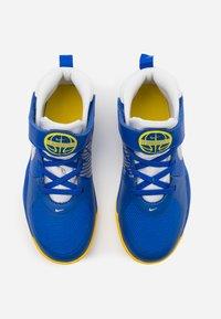 Nike Performance - TEAM HUSTLE 9 UNISEX  - Basketbalové boty - game royal/metallic silver/photon dust - 3