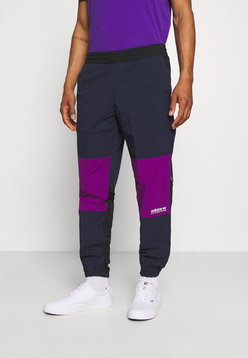 adidas Originals - WOVEN PANTS - Pantaloni sportivi - legend ink/glory purple