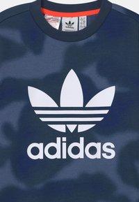 adidas Originals - CAMO TREFOIL UNISEX - Sudadera - crew blue/white - 2