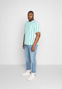 Common Kollectiv - PLUS STRIPED - Print T-shirt - white - 1