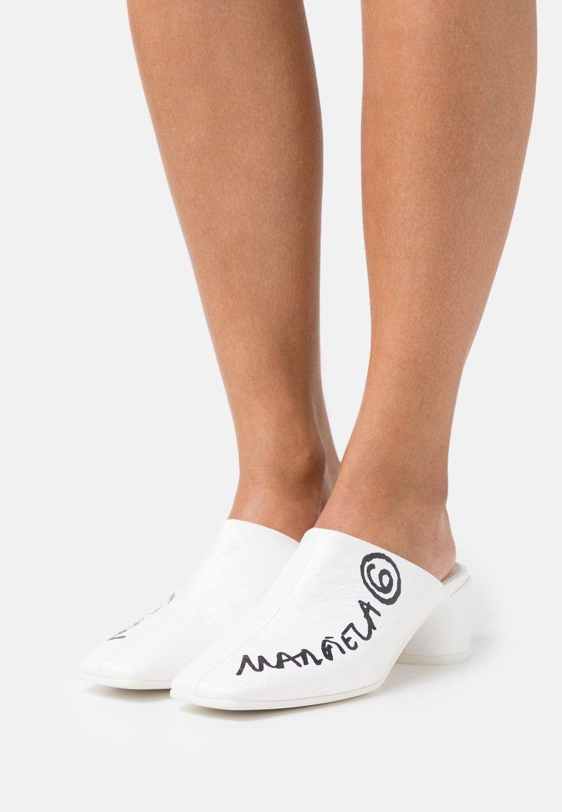 MM6 Maison Margiela - Pantofle na podpatku - white/black