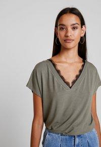 Noisy May - Print T-shirt - kalamata/black lace - 3