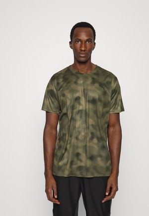 PERFORMANCE TEE - Print T-shirt - grape leaf
