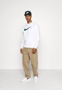 Nike Sportswear - ZIGZAG CREW - Sweatshirt - white - 1