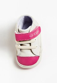 Guess - FLYNNA MIT KLETTVERSCHLUSS - Baby shoes - white - 1
