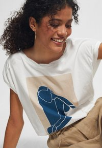 comma casual identity - MIT FRONTPRINT - Print T-shirt - white placed print - 2