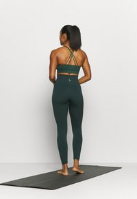 Nike Performance - SEAMLESS 7/8 - Tights - pro green - 2