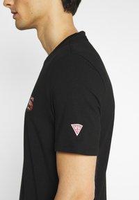 Guess - T-shirt med print - jet black - 5