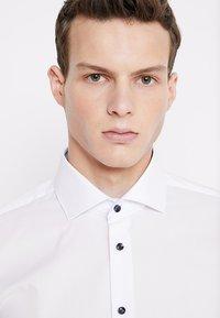 Seidensticker - SLIM SPREAD PATCH - Camisa elegante - weiß/hellblau - 3
