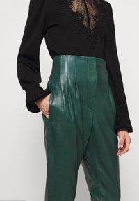 Alberta Ferretti - LEATHERPIECES TROUSERS - Trousers - green - 7