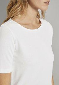 TOM TAILOR - MIT WEITEM AUSSCHNITT - Basic T-shirt - whisper white - 3