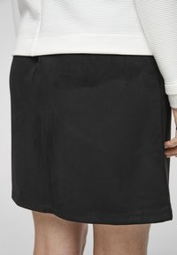 s.Oliver - IN VELOURSLEDER OPTIK - A-line skirt - black - 4