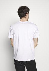 Calvin Klein Jeans - TONAL POCKET MONOGRAM TEE - Print T-shirt - bright white - 2