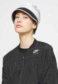 Nike Performance - BUCKET UNISEX - Chapeau - white/black/light pumice - 0