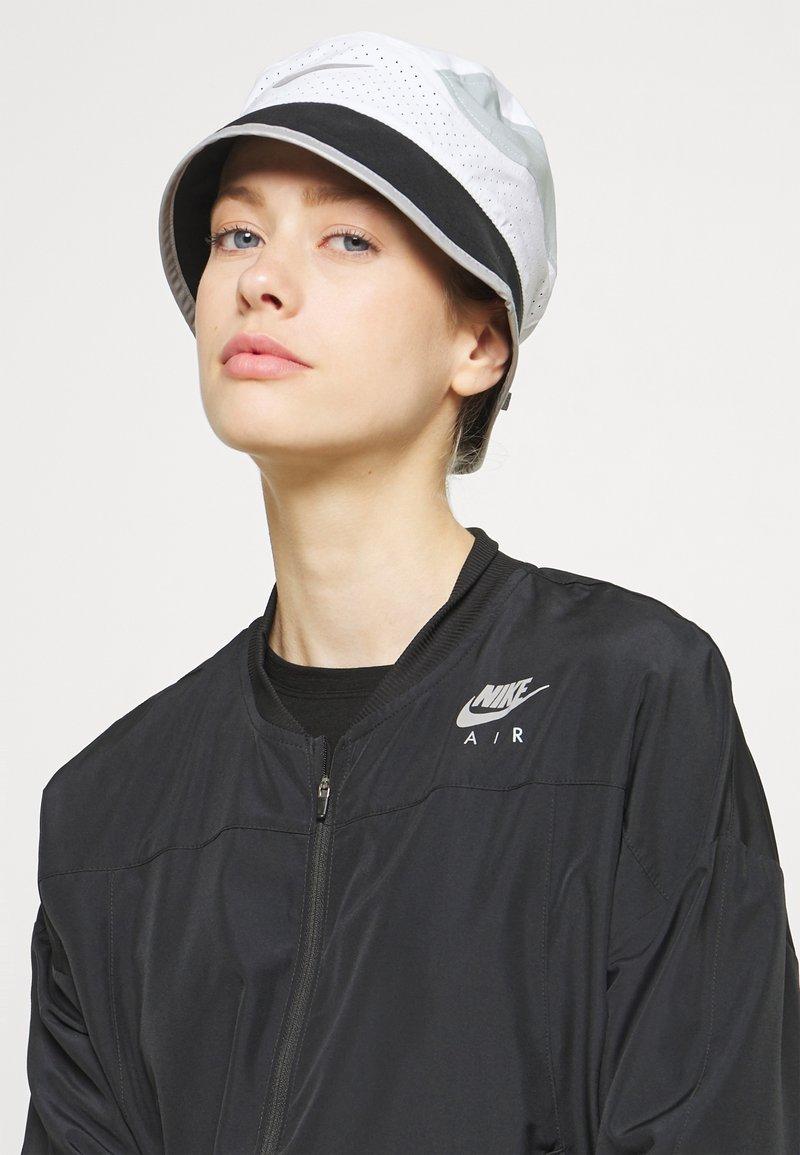 Nike Performance - BUCKET UNISEX - Chapeau - white/black/light pumice
