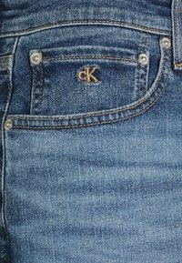 Calvin Klein Jeans - REGULAR - Farkkushortsit - denim medium - 5
