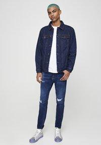 PULL&BEAR - MIT ZIERRISSEN - Jeans Tapered Fit - dark-blue denim - 1