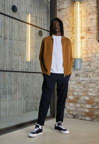 Nike Sportswear - DROP-TYPE HBR - Zapatillas - black/white - 2