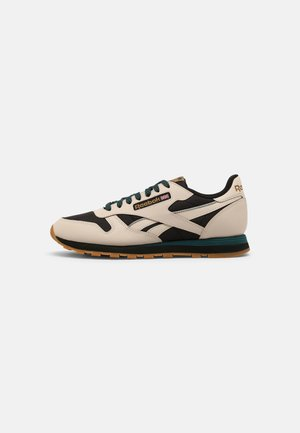 CLASSIC LEATHER UNISEX - Sneakersy niskie - stucco/core black/midnight pine