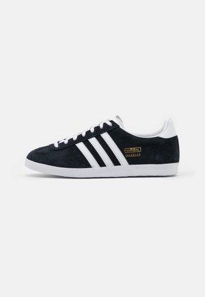 GAZELLE SPORTS INSPIRED SHOES - Sneakers - core black/footwear white/gold metallic