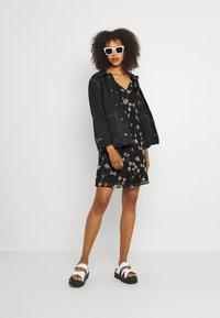 Vero Moda - VMWONDA NEW SINGLET SHORT DRESS - Vapaa-ajan mekko - black/eliza - 1