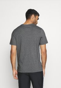 Nike Performance - AS ROM DRY TEE GROUND - T-shirt imprimé - charcoal heathr - 3