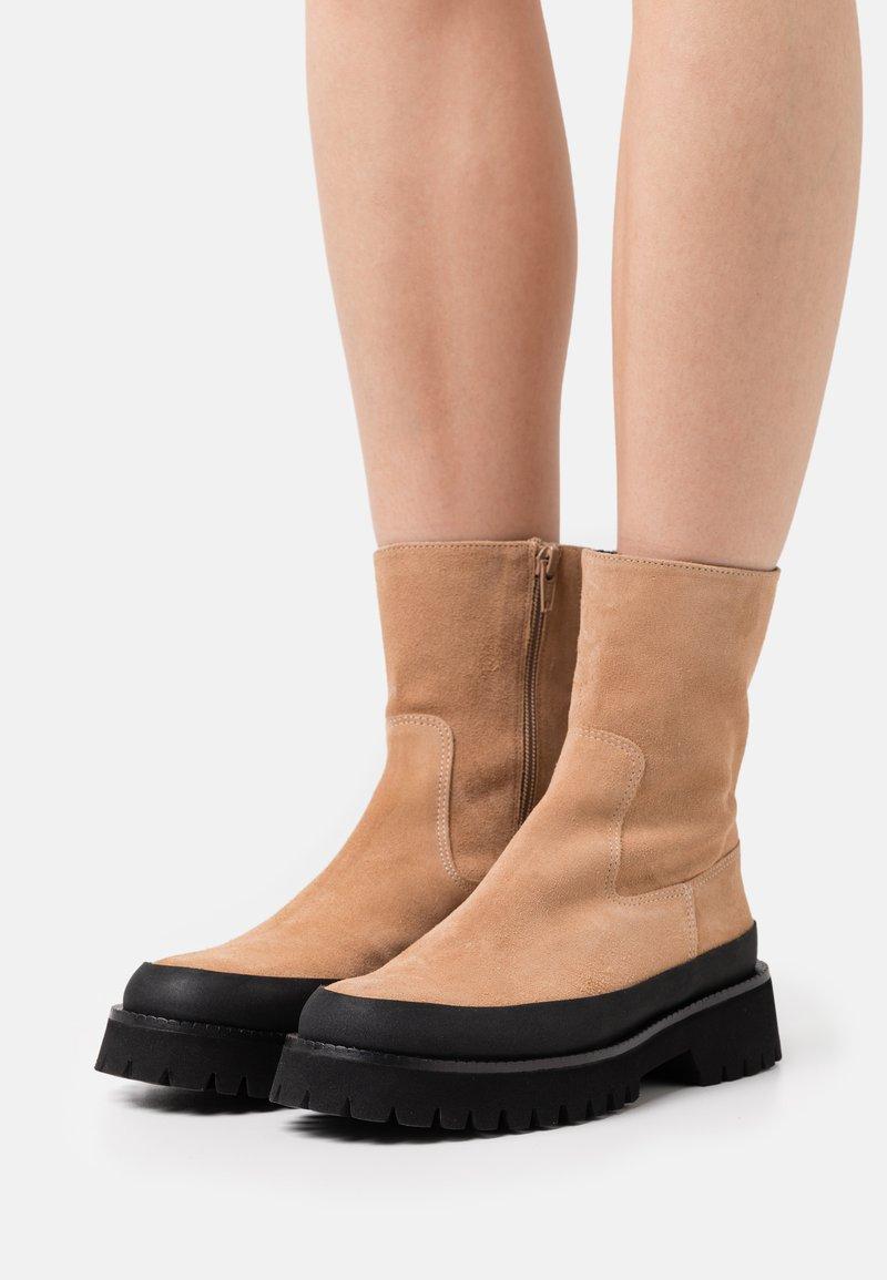 Paloma Barceló - BRENDA - Kotníkové boty na platformě - nocciola