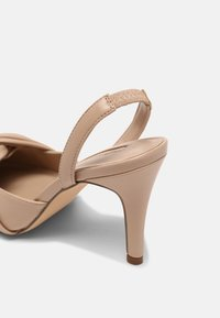 Dorothy Perkins - DELIGHT BOW FRONT COURT - Classic heels - camel - 5