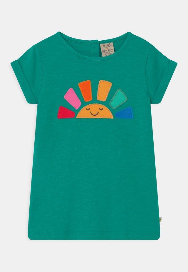 LIZZIE APPLIQUE - T-Shirt print - jewel (slub)/rainbow