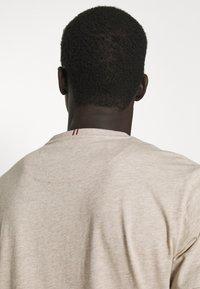 Les Deux - EMBOSSED ENCORE  - Basic T-shirt - light brown melange - 4
