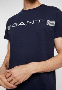 GANT - STRIPE - T-shirt med print - evening blue - 4