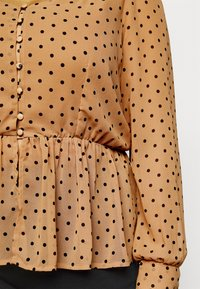 Vero Moda Curve - VMBABUSCHE BLOUSE - Blouse - black/tobacco brown dot - 5