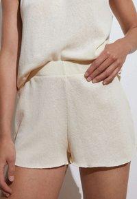 OYSHO - Shorts - off-white - 0