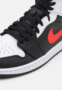 Jordan - AIR JORDAN 1 MID - Sneakersy wysokie - black/chile red/white - 7