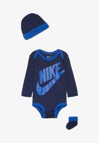 Nike Sportswear - FUTURA LOGO LONG SLEEVE HAT BOOTIE BABY SET - Čepice - midnight navy - 2
