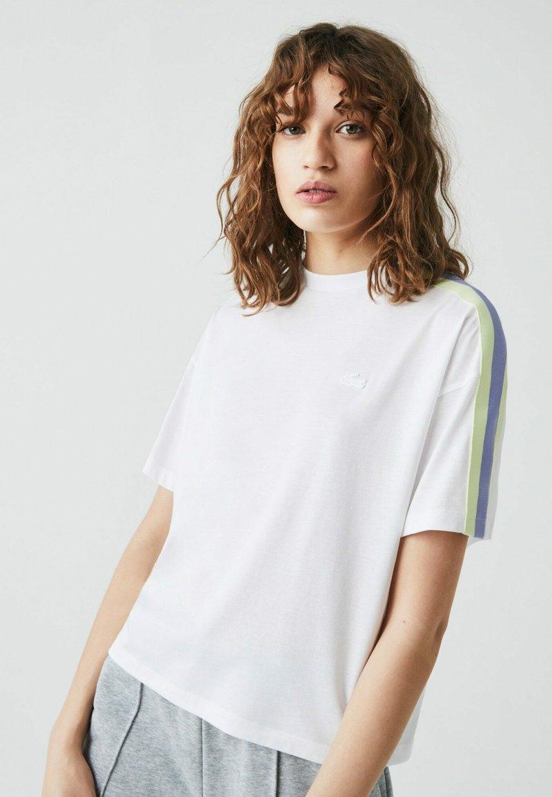 Lacoste - Print T-shirt - weiß / lila / grün