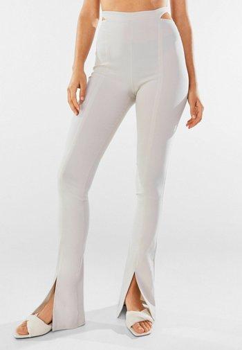 MIT CUT-OUTS AM BUND - Trousers - light grey