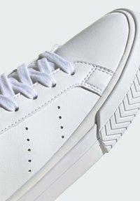 adidas Originals - COURT TOURINO W - Sneakersy niskie - white - 5
