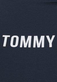 Tommy Jeans Curve - TAPE BODY SHORTSLEEVE - Triko spotiskem - twilight navy - 2