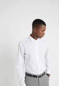 HUGO - ERRIKO EXTRA SLIM FIT - Formální košile - open white - 5