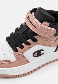Champion - MID CUT SHOE REBOUND 2.0 MID UNISEX - Obuwie do koszykówki - pink/white/black - 5