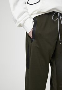 PULL&BEAR - Pantaloni sportivi - khaki - 4