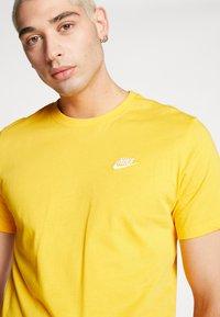 Nike Sportswear - CLUB TEE - T-shirt - bas - university gold/white - 3