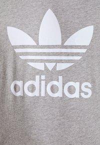 adidas Originals - TREFOIL T-SHIRT ORIGINALS ADICOLOR - T-shirt med print - medium grey heather/white - 4