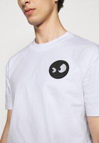 McQ Alexander McQueen - DROPPED SHOULDER - Print T-shirt - optic white - 5