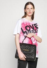 Love Moschino - TOP HANDLE QUILTED FLAP HANDBAG - Handbag - nero - 0