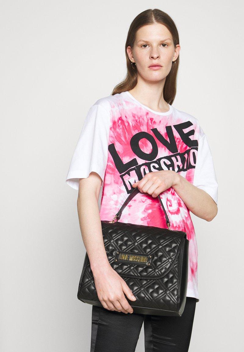 Love Moschino - TOP HANDLE QUILTED FLAP HANDBAG - Handbag - nero