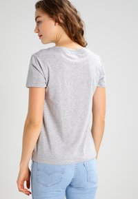 Levi's® - THE PERFECT - T-shirts med print - grey - 2