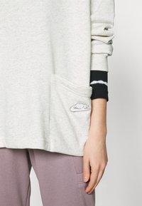 Nike Sportswear - CREW EARTH DAY - Sudadera - oatmeal heather/white - 4